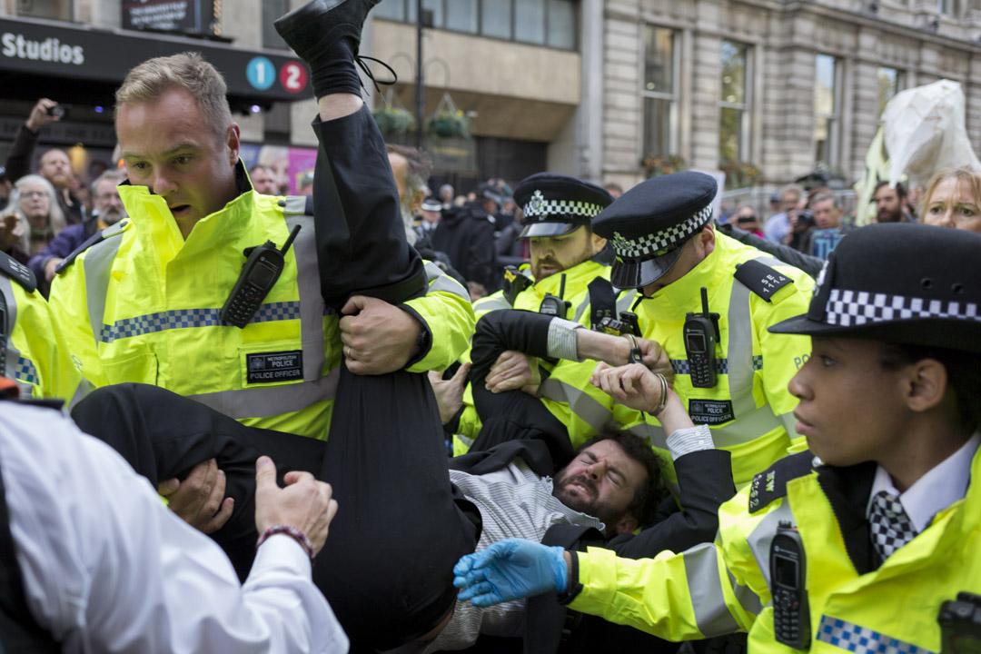 2019年10月16日,一名參加倫敦抗議氣候變化示威者被警察抬離現場。