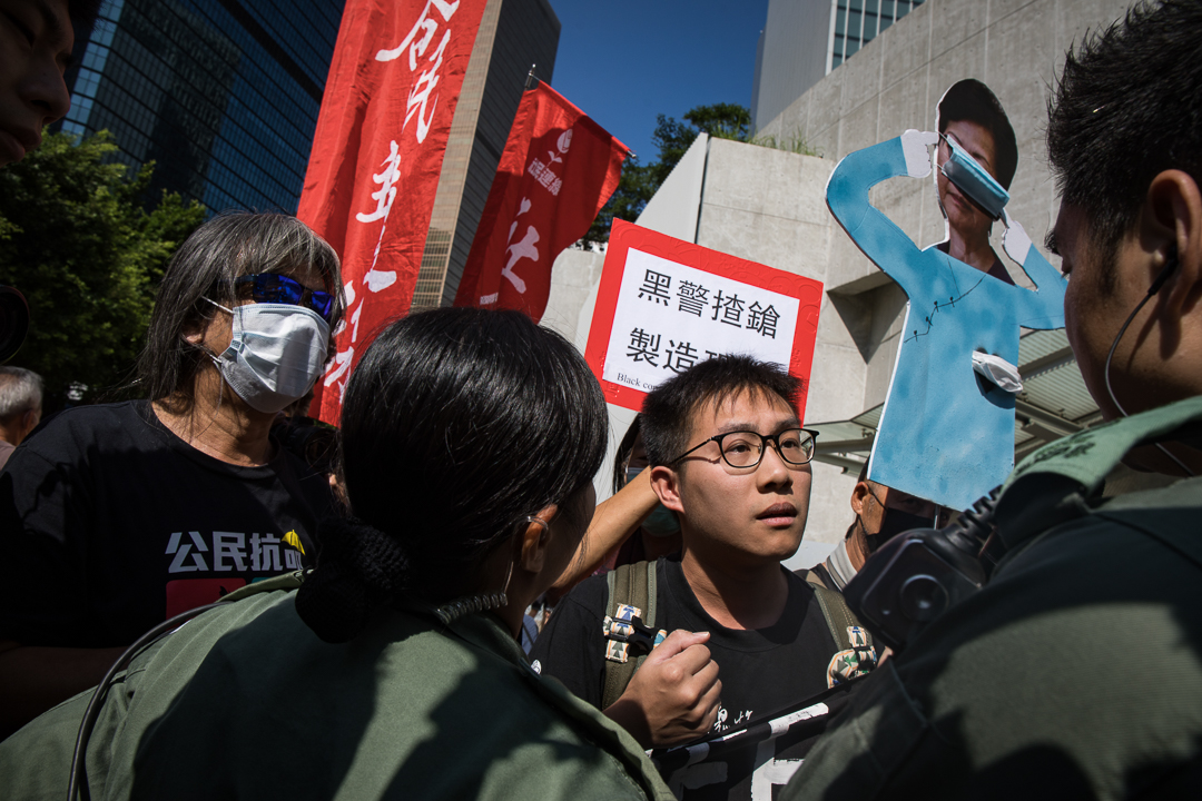 2019年10月16日,林鄭於立法會發表施政報告,社會民主連線成員在會場外示威。