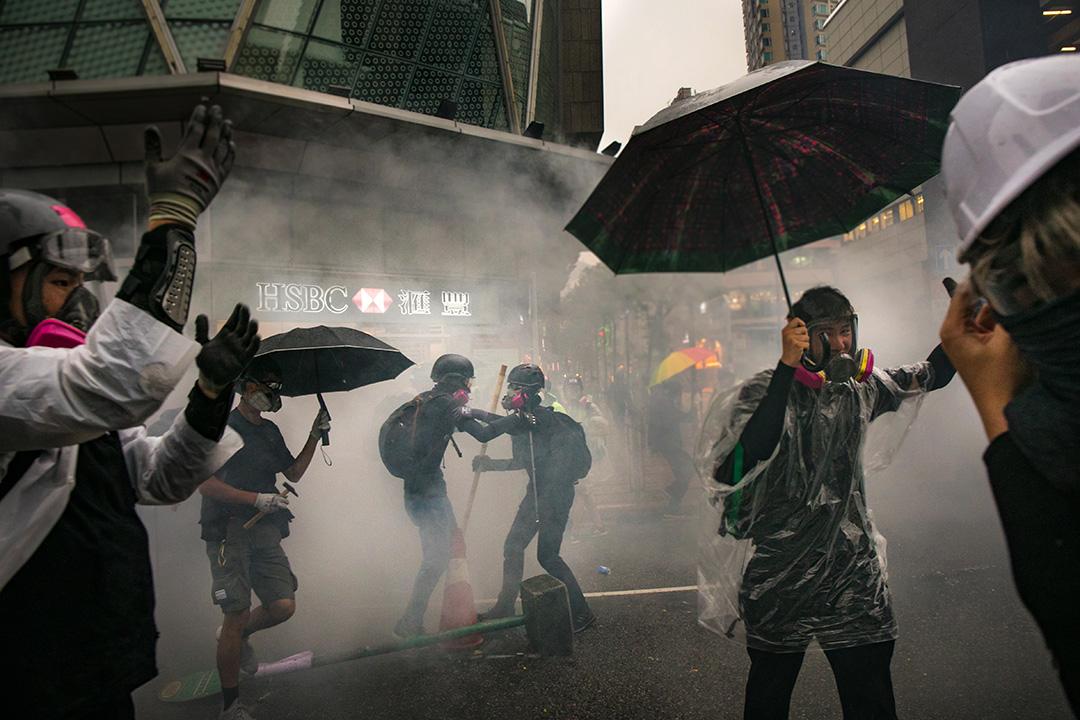 2019年8月26日,示威者佔領荃灣楊屋道的馬路,警方施放催涙彈驅散示威者。
