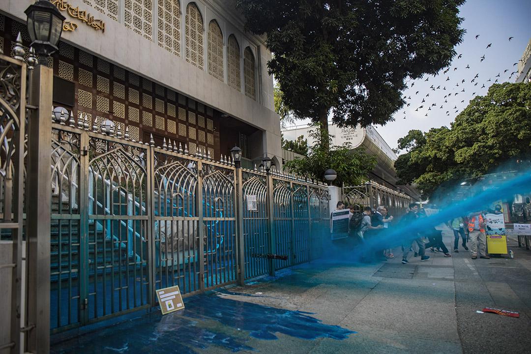 2019年10月20日,警方的水炮車在香港尖沙咀清真寺外噴射藍色的液體,當時路上只有途人和記者。 攝:陳焯煇/端傳媒