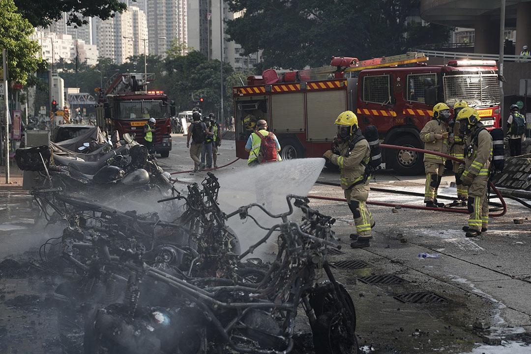 10月1日,黃大仙,4點左右,消防員撲滅被汽油彈燒著了的電單車。