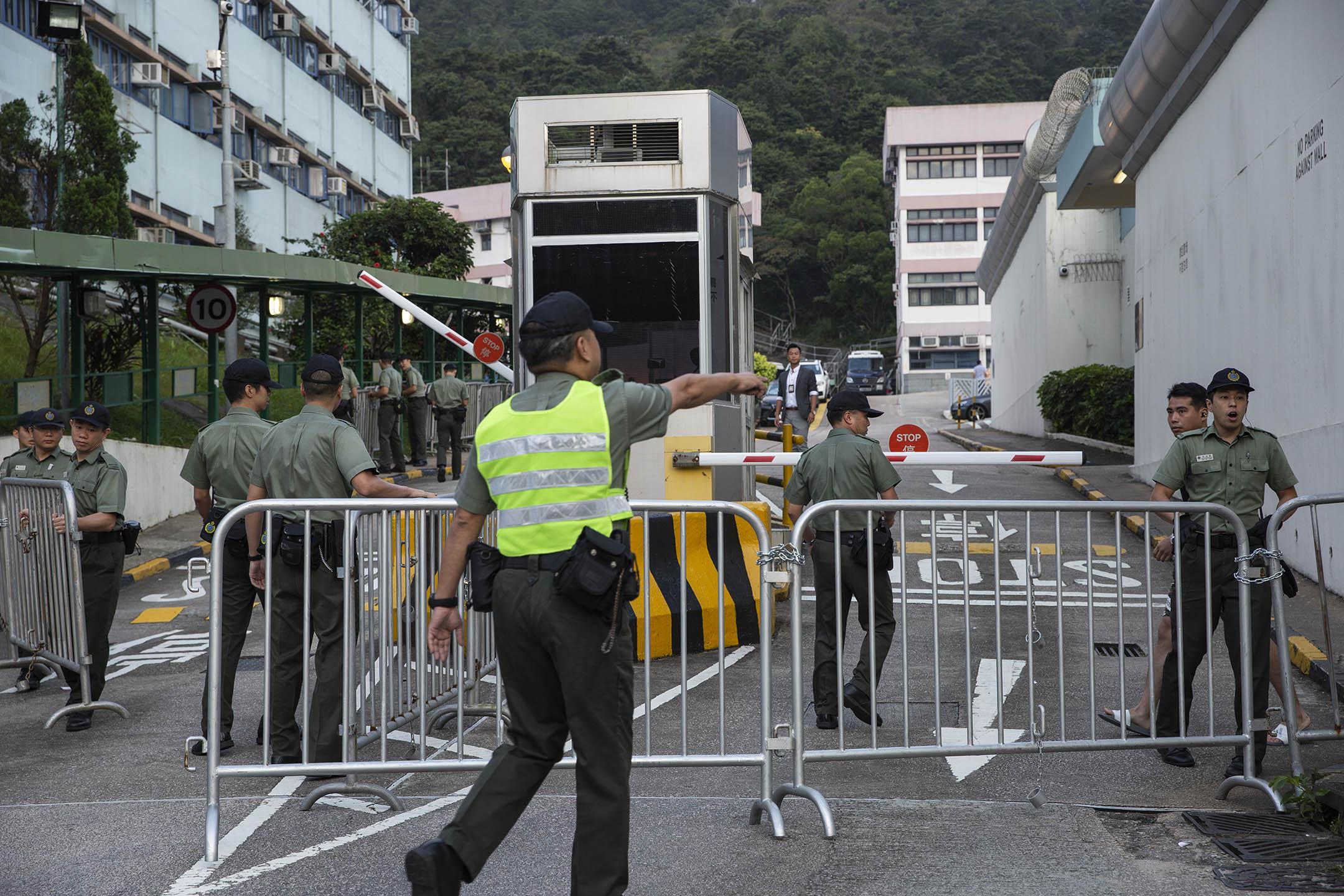 2019年10月23日早上,香港的壁屋監獄外,大批媒體等待陳同佳出獄,懲教署人員架設鐵欄作準備。