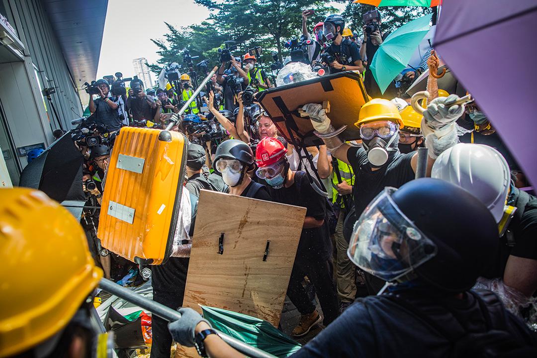2019年7月1日,示威者在立法會外衝擊立法會的玻璃門。 攝:陳焯煇/端傳媒