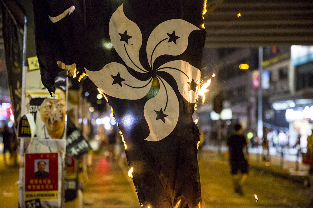 2019年10月1日,銅鑼灣有燃燒中的旗幟。