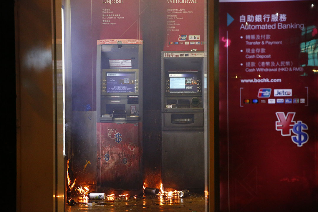 晚上7點左右,銅鑼灣示威者在中銀ATM機前焚燒雜物。