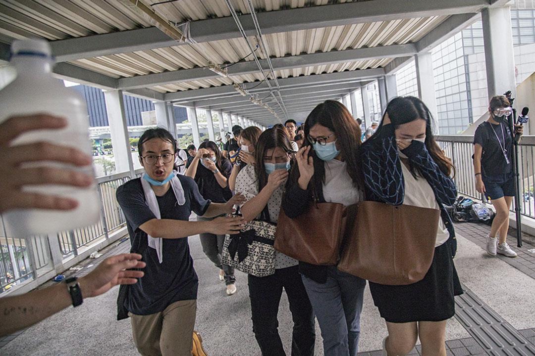 2019年6月12日,警方將催淚彈射上中信大廈外的天橋,途經的行人爭相走避。