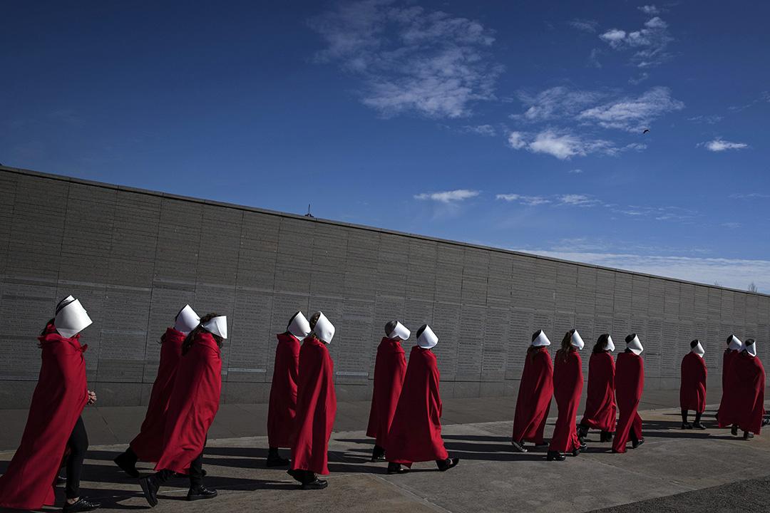 2018年8月5日在布宜諾斯艾利斯的紀念公園,支持墮胎合法化的活動家偽裝成加拿大作家 Margaret Atwood的女權主義小說《使女的故事》中的人物。