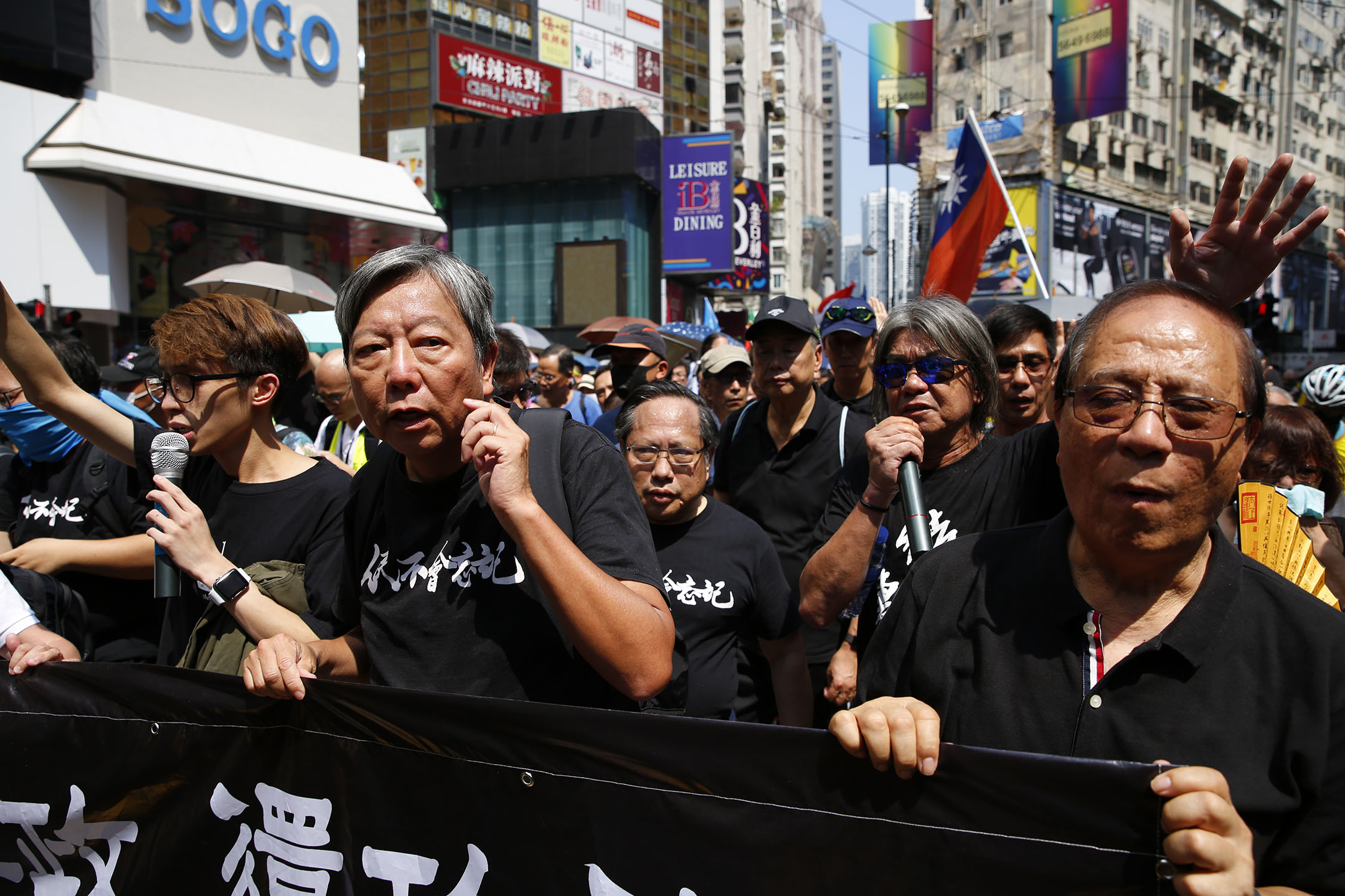 決定以個人名義承接民陣原定遊行路線的陳皓桓、李卓人、何俊仁和梁國雄走在遊行隊伍前列。