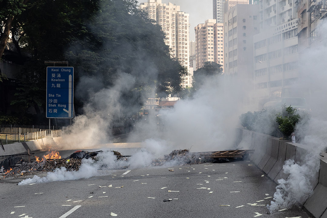 10月1日,下午三點左右,荃灣的示威者燃燒雜物做成防線。
