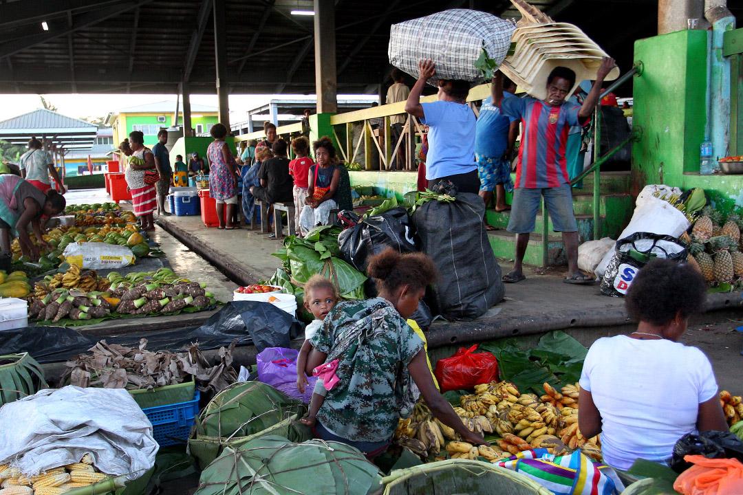 2019年10月12日清晨,攤販在霍尼亞拉中央市場準備農產品。