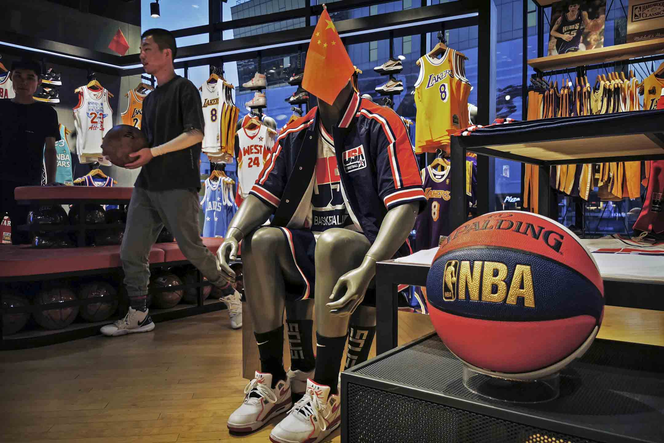 2019年10月9日,北京的NBA旗艦零售店中,中國國旗放在穿著NBA球衣的模特兒公仔上。