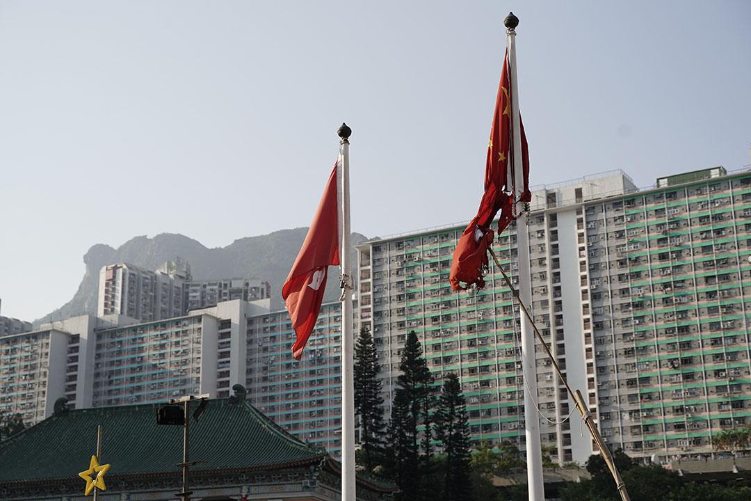下午四點多,黃大仙附近,國旗被弄爛。