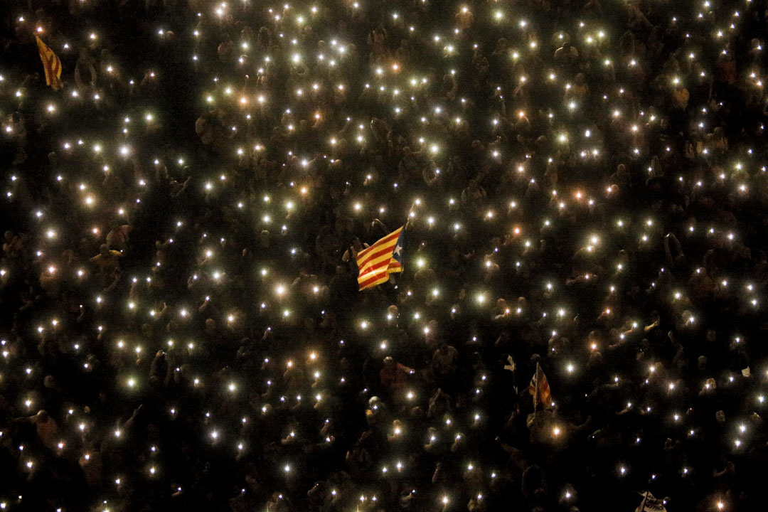 2019年10月20日,巴塞羅拿舉行的加泰羅尼亞人集會,人們舉起手電機燈,加泰羅尼亞獨立旗在揮舞。