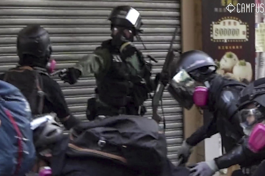 警員在荃灣海壩街近川龍街發射實彈,一名示威者中實彈受傷。