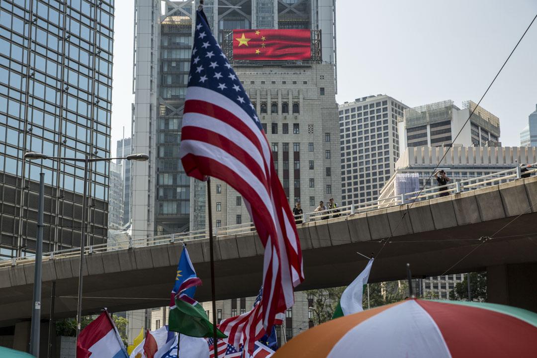 2019年10月1日,港島有遊行,參加者手持美國國旗途經中國銀行大廈。