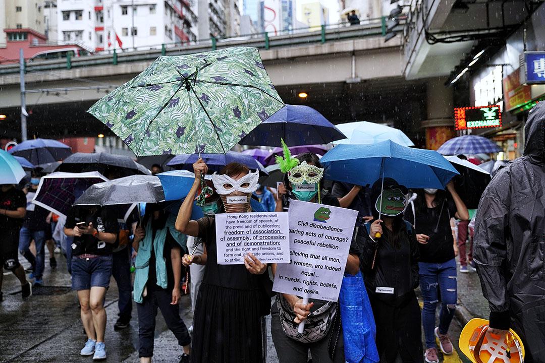 10月6日,下午三點左右,銅鑼灣,大雨,抗議緊急法及禁蒙面法的示威者。