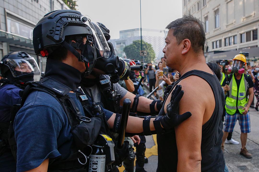 2019年10月27日,示威者在尖沙咀與警察對峙。