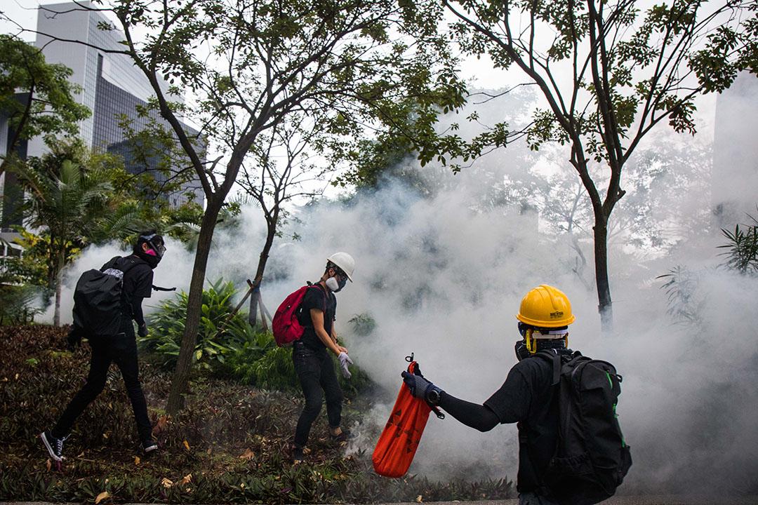 10月6日,傍晚6點左右,港島,示威者打算撿起、處理催淚彈。