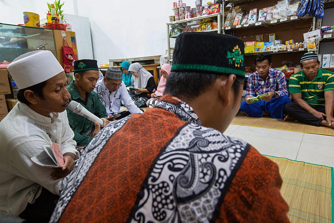 南方澳港口旁,漁工在印尼餐廳裡為過世的同伴舉辦祈禱會,人數達到一兩百人,店裡坐不下,外圍的人一直坐到碼頭上去。  左二為漁工Agus。