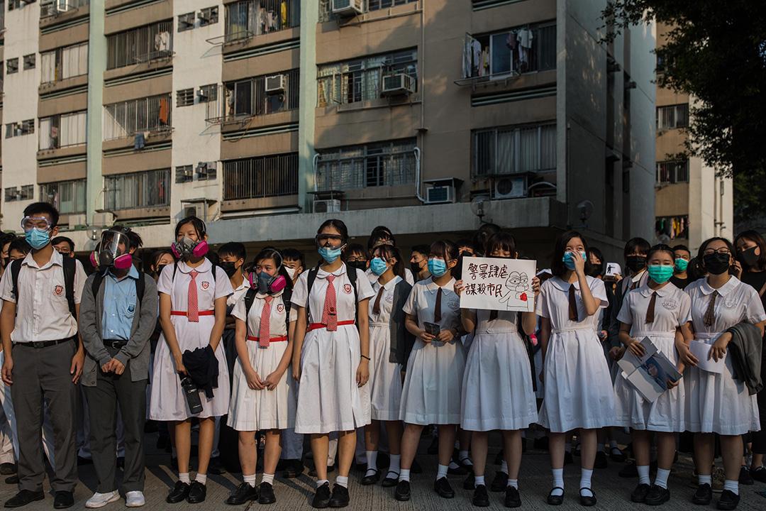 2019年10月2日,一班中學生在荃灣公立何傳耀紀念中學外靜坐示威,聲援於十一時遭警方槍擊的中五學生。 攝:陳焯煇/端傳媒