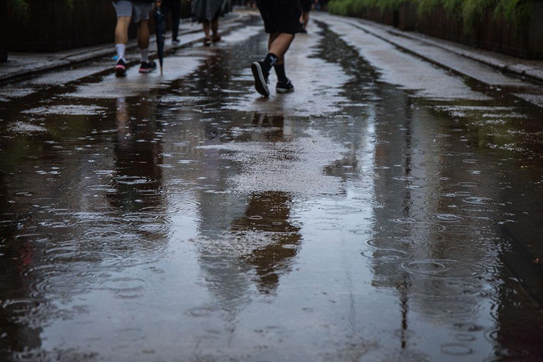 10月6日,下午三點左右,港島,大雨中抗議緊急法和禁蒙面法的示威者。