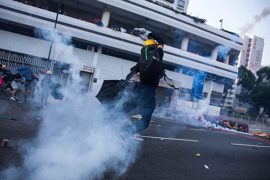 下午五點左右,沙田,示威者將催淚彈扔回。