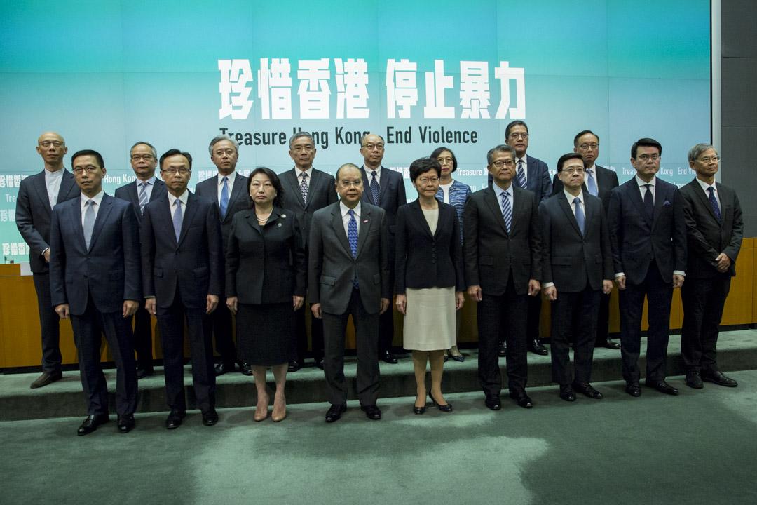 2019年10月4日,行政長官會同行政會議決定根據《緊急情況規例條例》,訂立《禁止蒙面規例》。眾政府官員出席記者會宣佈決定。