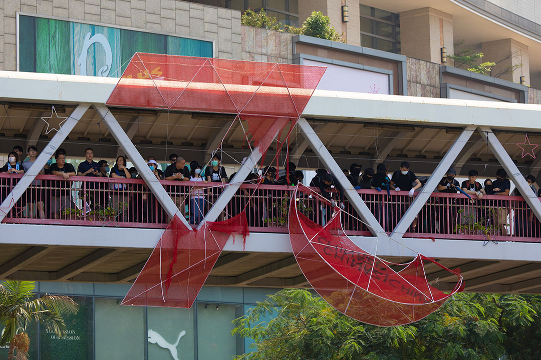 10月1日,下午兩點半,荃灣的示威者拆下70週年裝飾品。