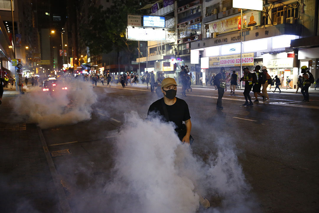 10月4日,晚上十點半左右,港島,警方釋放催淚煙。