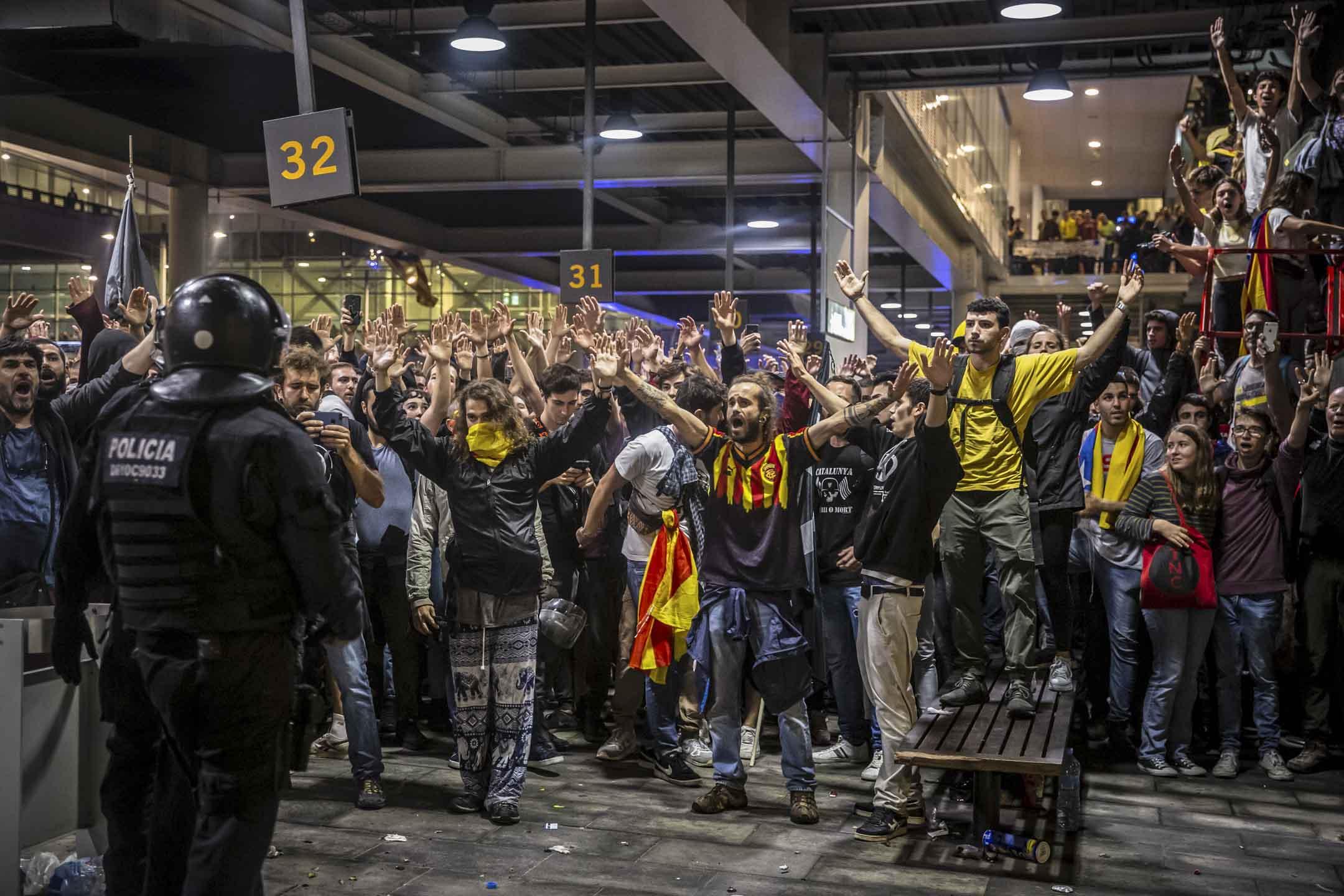 2019年10月14日,西班牙巴塞羅拿,示威者堵塞巴塞羅拿機場,防暴警察出動鎮壓。 攝:Angel Garcia/Bloomberg via Getty Images
