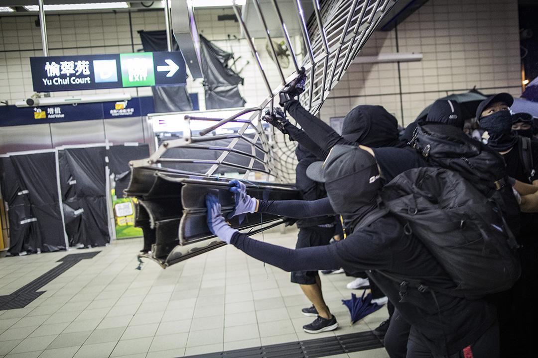 2019年10月5日,示威者闖入第一城站,並破壞站內設施。 攝:陳焯煇/端傳媒