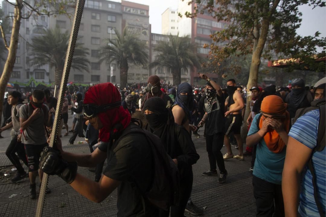 2019年10月29日,智利首都聖地亞哥,示威者與防暴警察發生衝突。 攝:Claudio Reyes/Getty Images