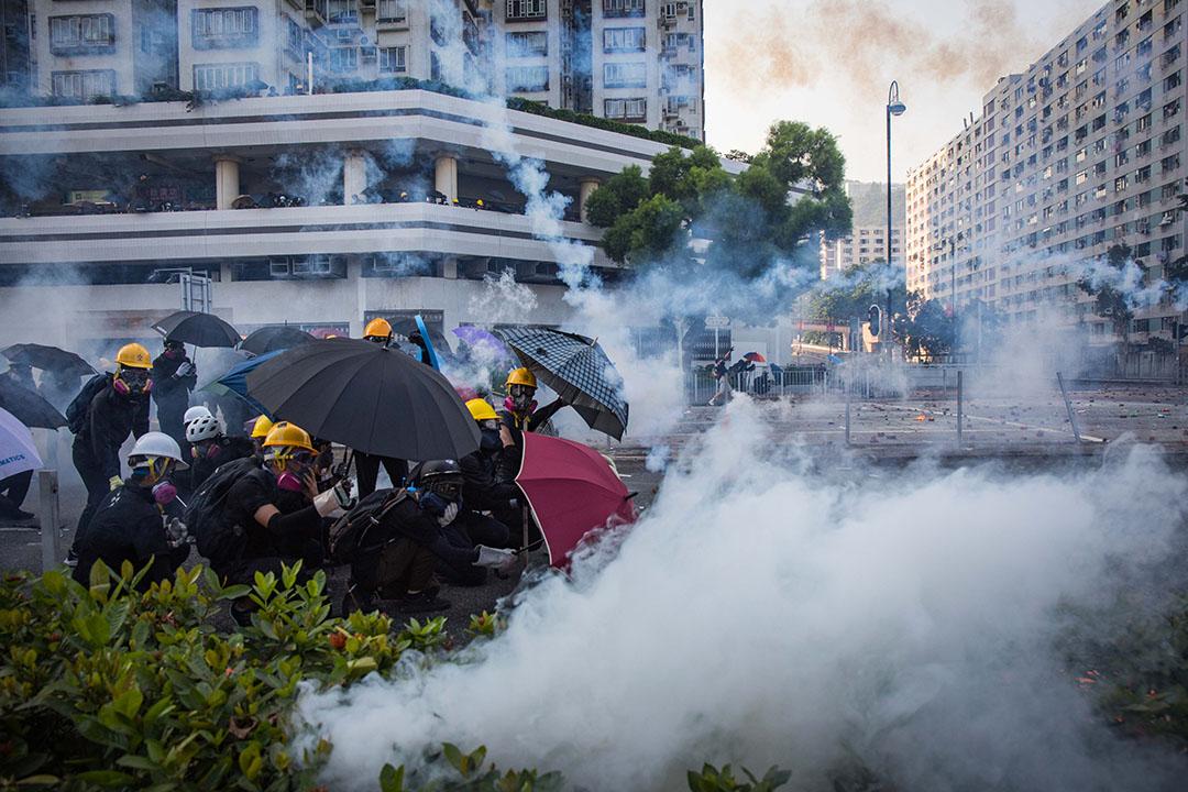 五點左右,沙田,示威者撐傘抵抗催淚煙。