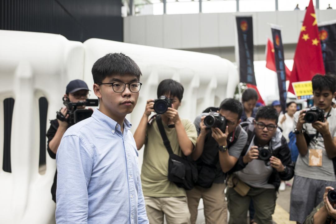 2019年10月29日下午1時半,黃之鋒在公民廣場會見傳媒,就其區議會參選資格被選舉主任裁定無效一事發表回應。 攝:林振東 / 端傳媒
