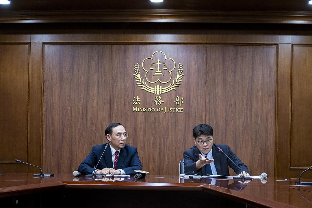 2019年10月21日台灣法務部長蔡清祥(左)與陸委會副主委兼發言人邱垂正(右)召開記者會,對外說明陳同佳案。 攝:陳焯煇/端傳媒