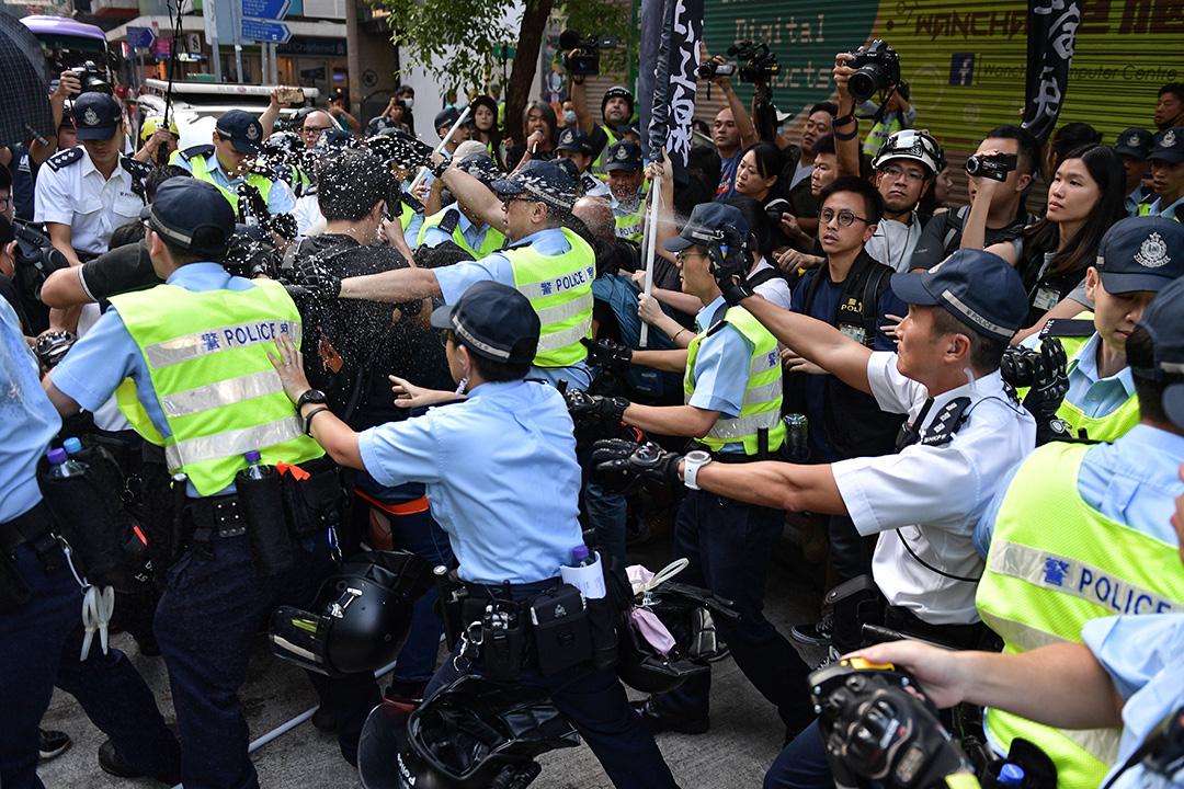 2019年10月1日,社民連在灣仔示威,其間與愛國人士發生衝突,警方噴射胡椒噴霧。