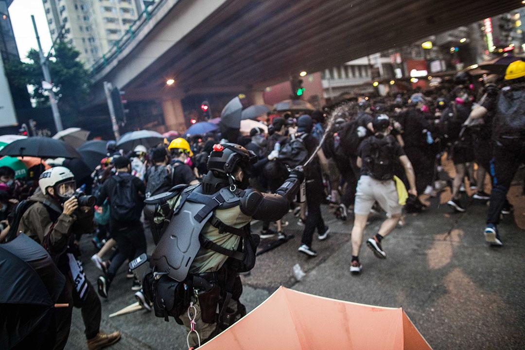 10月6日,傍晚6點左右,港島,防暴警察驅趕示威者。