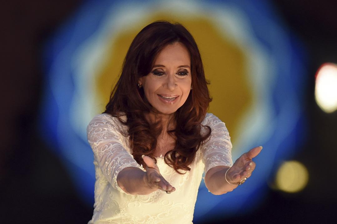 2015年12月9日,阿根廷總統Cristina Fernández de Kirchner於布宜諾斯艾利斯舉行的告別集會上發表演講後,向支持者們致意。