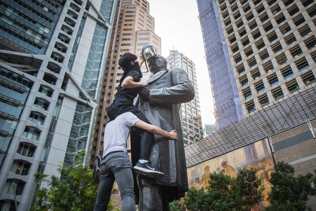 2019年10月5日,示威者為石像戴上面罩。