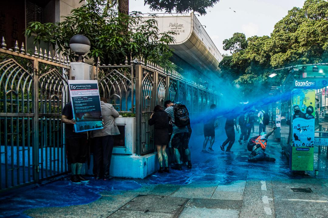 2019年10月20日,九龍區遊行期間,警察向清真寺發射水炮。