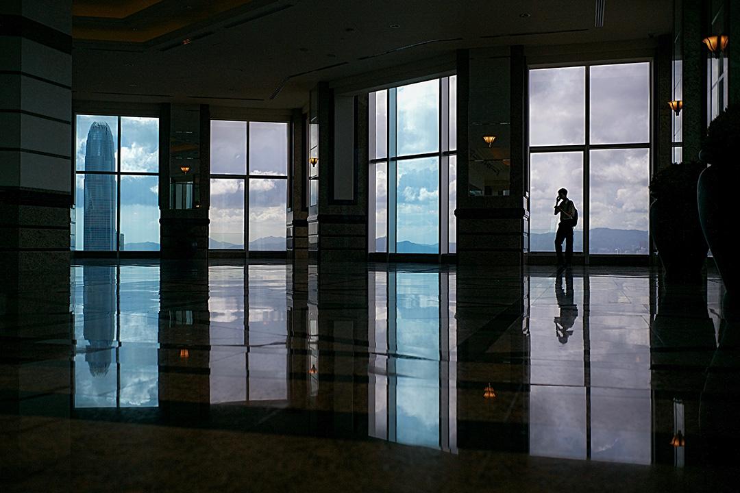 一名男子在香港一幢商業大廈的觀景台上使用手機。