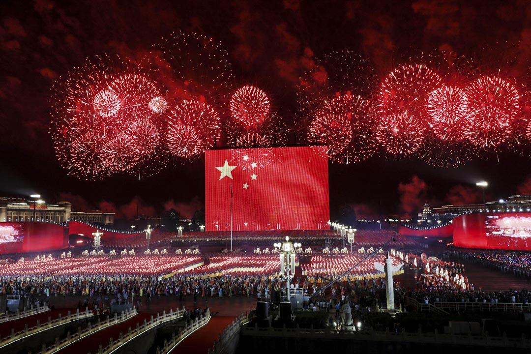 2019年10月1日,北京天安門廣場舉行的盛大晚會和煙花表演,以慶祝中華人民共和國成立70週年。 攝:VCG/VCG via Getty Images