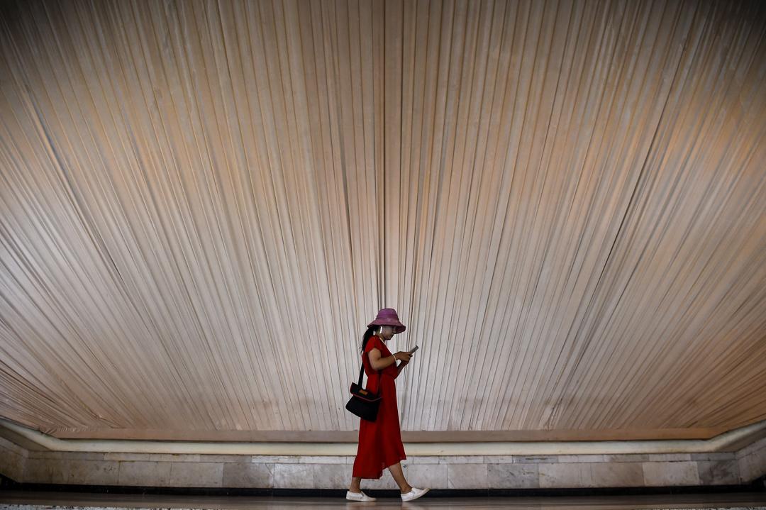 上海一展覽館內,一名女士正在使用智能手機。 攝:Chandan Khanna/AFP/Getty Images