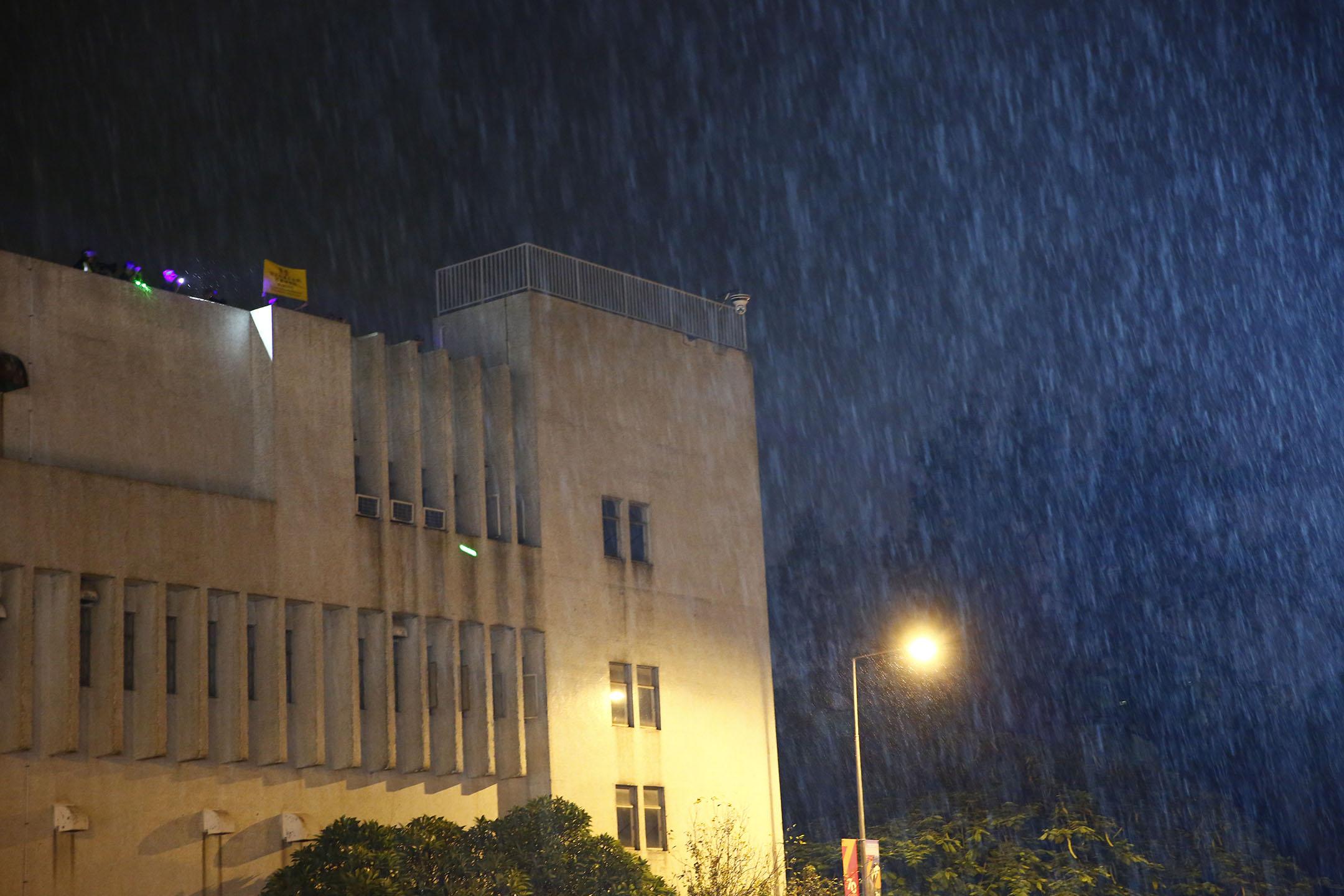10月6日,晚上,九龍塘解放軍軍營內舉黃旗警告。
