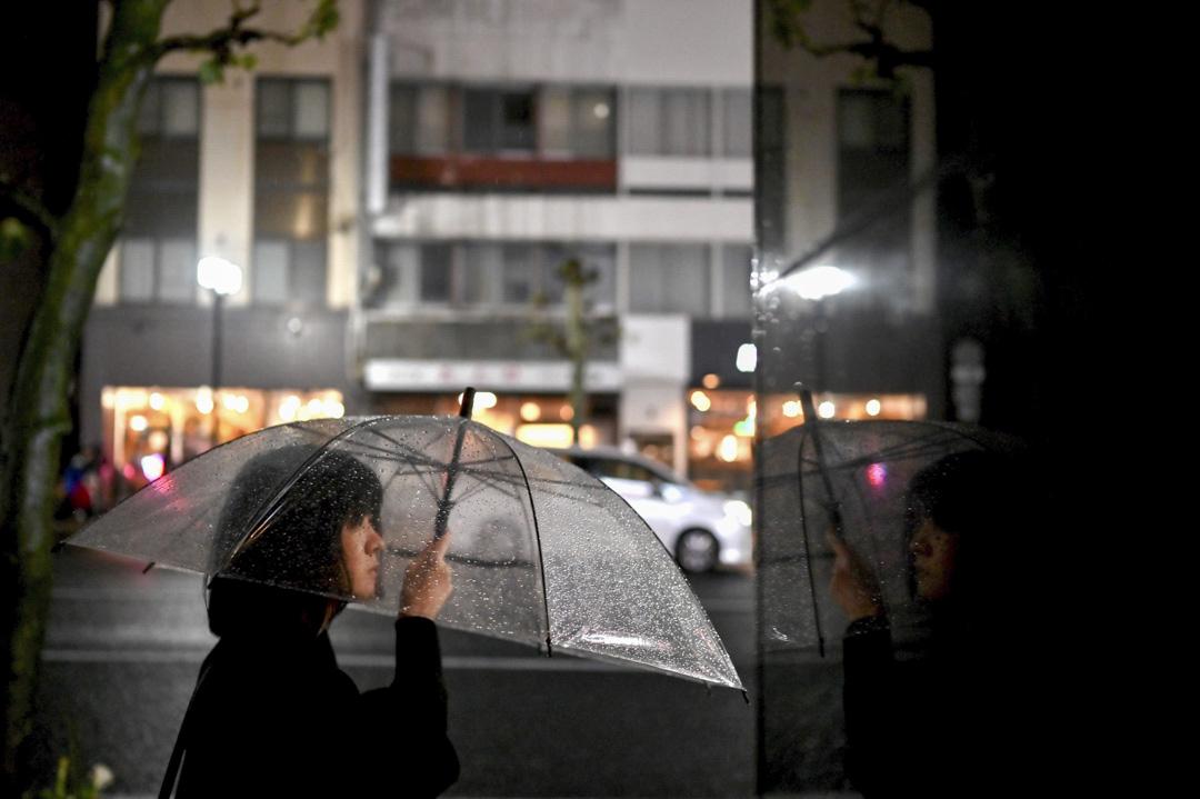 2019年10月12日,岩手縣盛岡市的一名女士街上舉起雨傘。