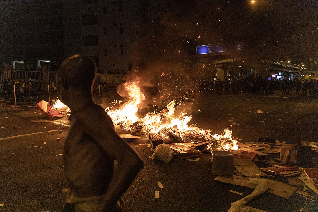 傍晚7點左右,荃灣示威者在馬路設置路障、放火。