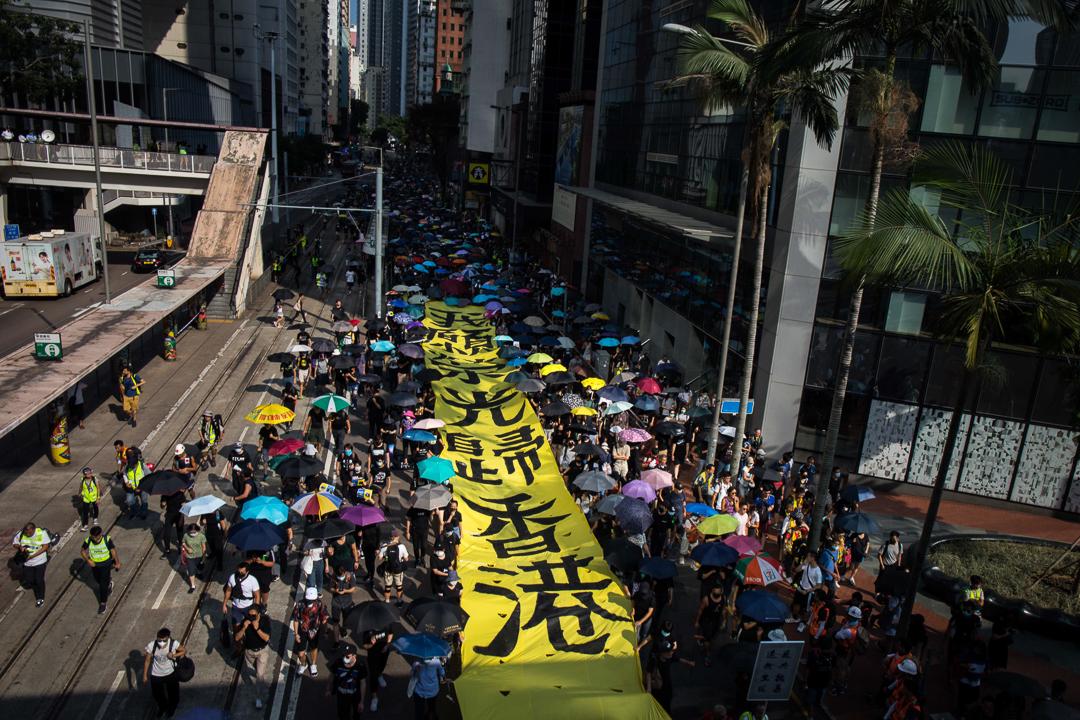 2019年10月5日,反對禁蒙面法的市民拉著寫上「願榮光歸香港」的橫額。