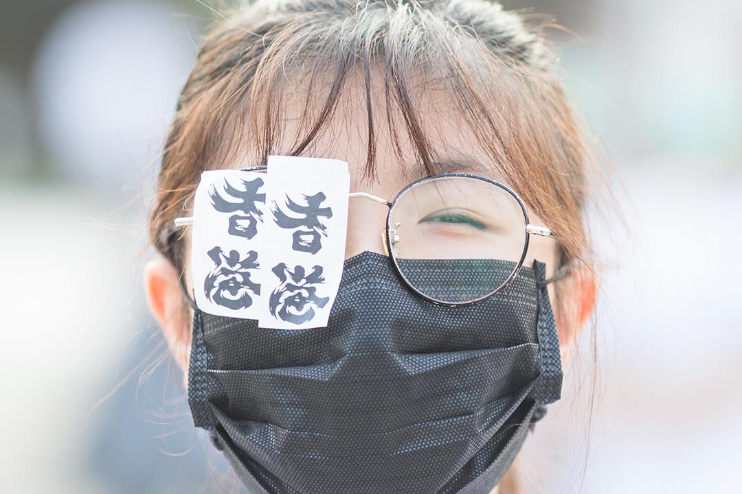 2019年9月19日,一名女生在沙田城門河的中學聯校人鏈活動中,用貼紙貼在自己右眼上。 攝:陳焯煇/端傳媒