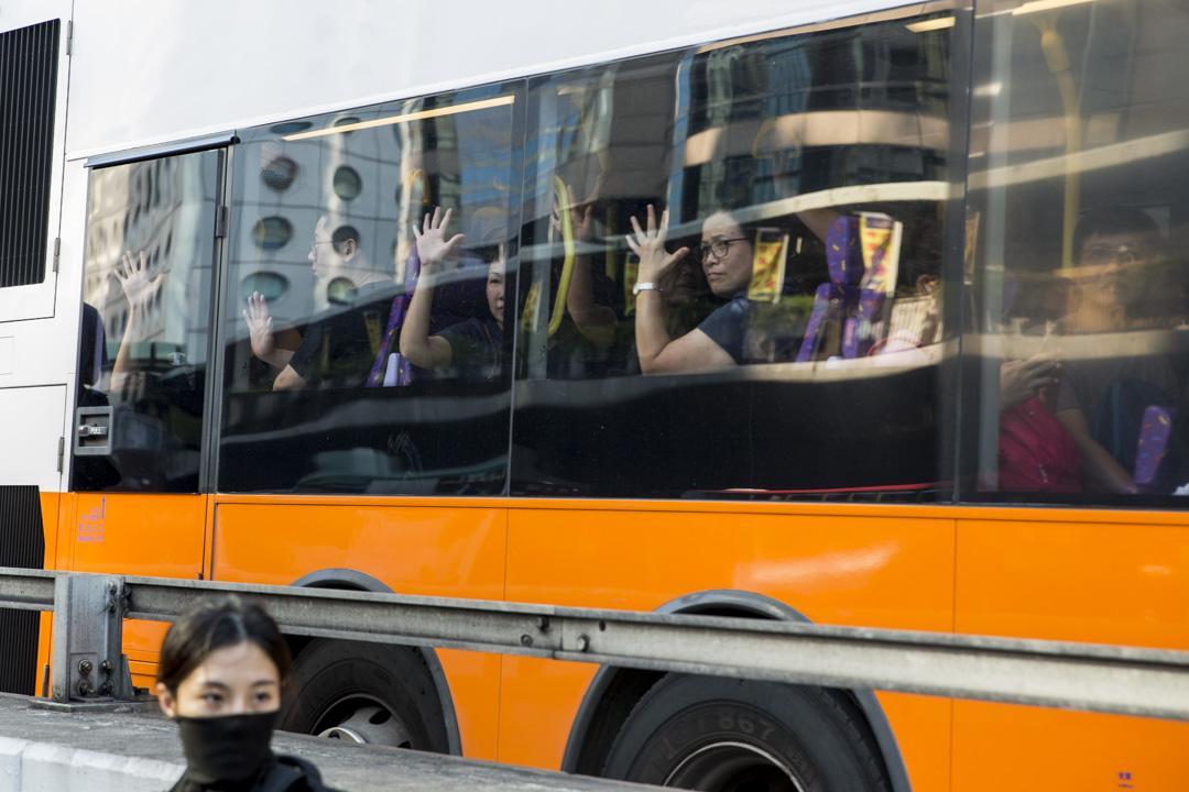 2019年10月1日,巴士乘客向街上的示威者表達支持。