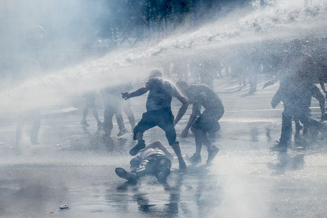 2019年9月14日,法國南特黃背心運動,法國警察使用水砲驅趕,一名示威者躺在地上。